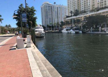 Met de watertaxi door het Venetië van Florida