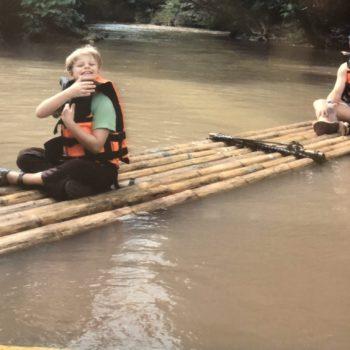kinderen raften op rivier