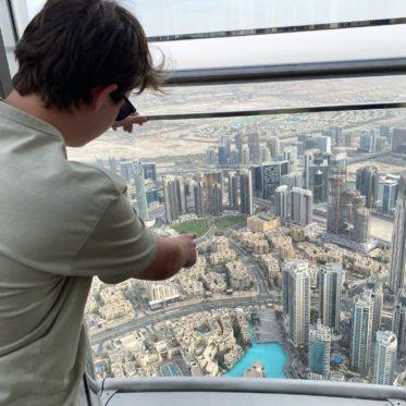 uitzicht Burj Khalifa met kinderen