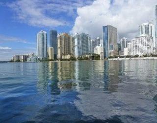 Scheur in een speedboat door Miami