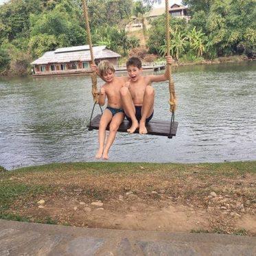 Kinderen op de schommel in Thailand