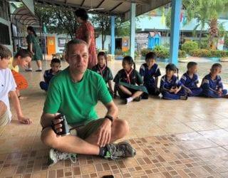 Op de Thaise schoolbanken met kinderen