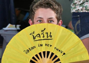 kinderen leren hun naam schrijven in het Thais