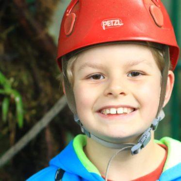 kind met helm voor activiteit