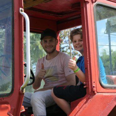 op de traktor met kinderen