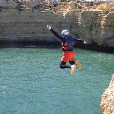 Cliffjumpen van de hoge rotsen
