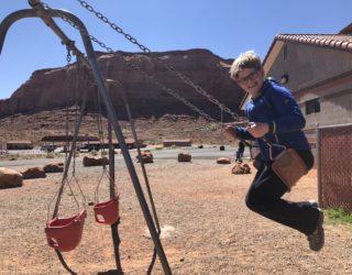 op de schommel in Monument Valley