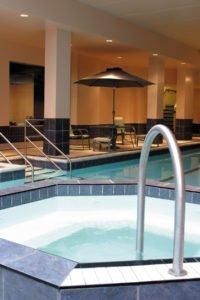 fietsen door de mooie hoofdstad Ottawa: hotel verblijf zwembad