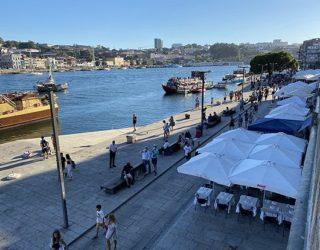 Restaurant langs het water in Porto