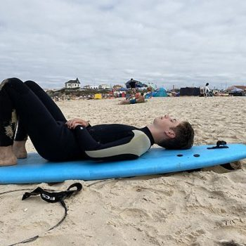 Uitrusten op het strand na het surfen