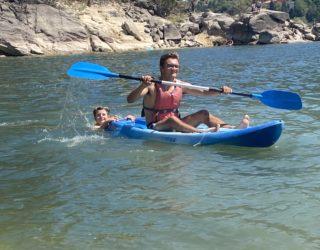 Kayak op het meer van Penada-Geres National Park