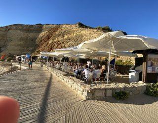 terrasje langs de prachtige rotsstranden