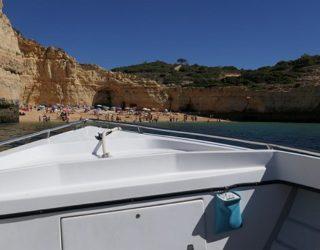 met de boot in de Algarve