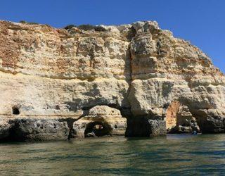 de rotsen in de Algarve