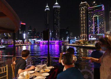 Dineren op een dhow boot met zicht op de skyline