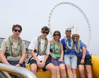 met de familie op de speedboot